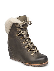 CONQUEST WEDGE SHEARLING - NORI, STONE